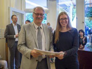 """Kathrin Denner übergibt die Partitur des von ihr im Rahmen des Wolfgang-Rihm-Stipendiums komponierten Stücks """"Continoid""""."""