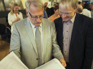 Kuratoriumsmitglied Matthias Hornberger und Stiftungsvorstand Dr. F.G. Hoepfner schauen sich die Partitur an.