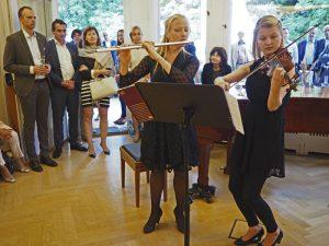 """Einen fulminanten Auftritt hatten die Flötistin Pipilota Neostus zusammen mit der Violinistin Kaarin Lehemets mit ihrer Variation von Mozarts """"Der Vogelfänger bin ich ja"""" aus der Zauberflöte"""